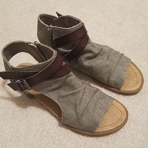 NWOB SIZE 9 BLOWFISH SANDLES